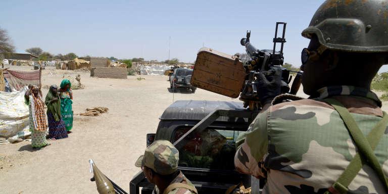 Des militaires nigériens patrouillent entre Difffa et Bosso, en mai 2015.