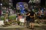 Deux jours après la fusillade à la boite de nuit Pulse les messages et bougies sur la place Seneff Arts d'Orlando le 14 juin 2016.