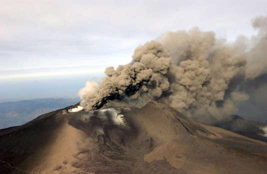 L'Etna en éruption, en 2002.