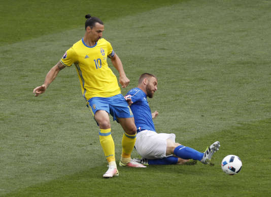 Daniele De Rossi face à Zlatan Ibrahimovic, lors du match Italie-Suède (1-0), le 17 juin, à Toulouse.