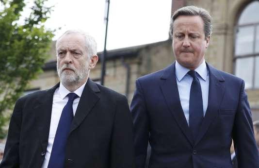 Le leader travailliste Jeremy Corbyn et le premier ministre David Cameron se recueillent le 17 juin à Birstall près de Leeds sur les lieux de l'agression de la députée Jo Cox.