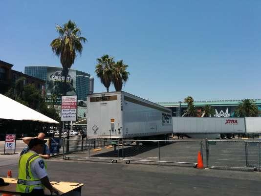 Des conteneurs séparent le centre de convention de Los Angeles, où se déroule l'E3, du parking où s'est installé l'éditeur Devolver.