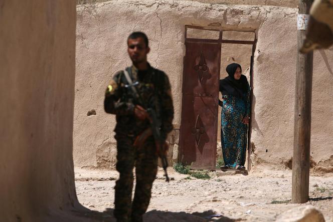 Un combattant des Forces démocratiques syriennes, dans un faubourg de Manbij, le 8 juin.