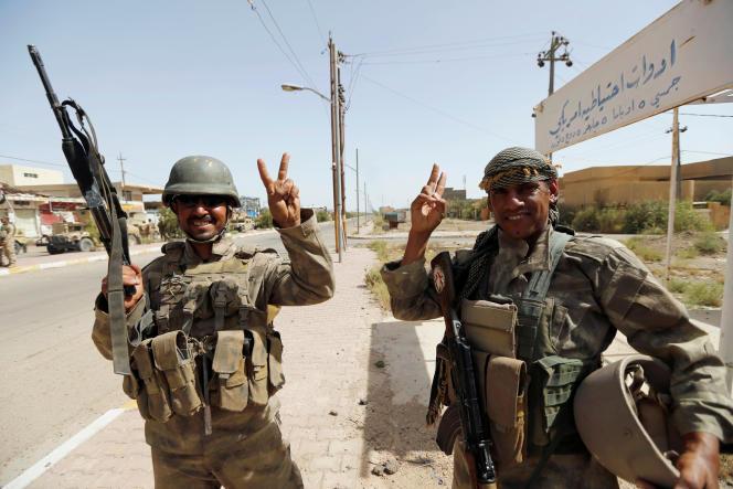 Des soldats irakiens dans le centre de Fallouja, le 17 juin.
