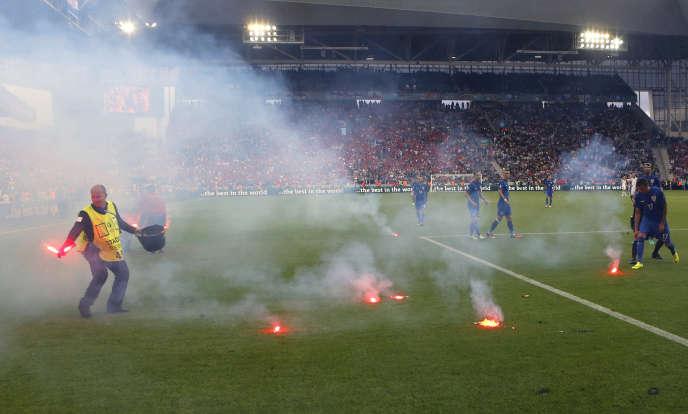 Des fumigènes envoyés sur le terrain du match Croatie - République tchèque le 17 juin.
