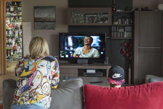 Sur la télé du salon, Teddy, en compagnie de sa mère, regarde pour la énième fois le film retraçant le parcours de son idole.