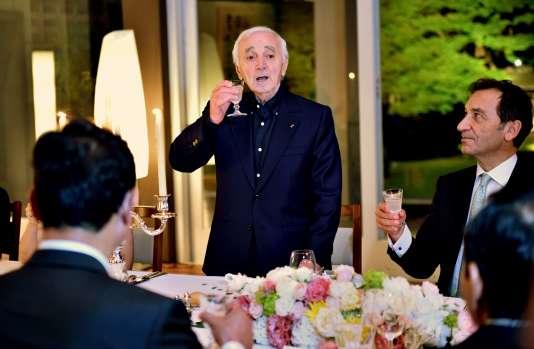 Le 17 juin, l'ambassadeur de France au Japon, Thierry Dana, organisait un « dîner d'amitié » en présence du chanteur Charles Aznavour.