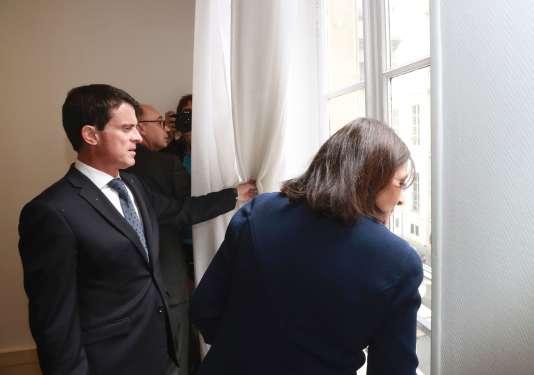 Manuel Valls et Anne Hidalgo visitent l'îlot Saint-Germain, à Paris, le 17 juin.