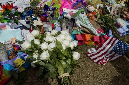 Le président Obama a rencontré les familles des victimes et déposé 49 roses blanches au mémorial.