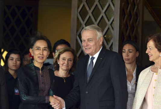 Le ministre français des affaires étrangères, Jean-Marc Ayrault, avec la Prix Nobel de la paix Aung San Suu Kyi, le 17 juin à Naypyidaw, en Birmanie.