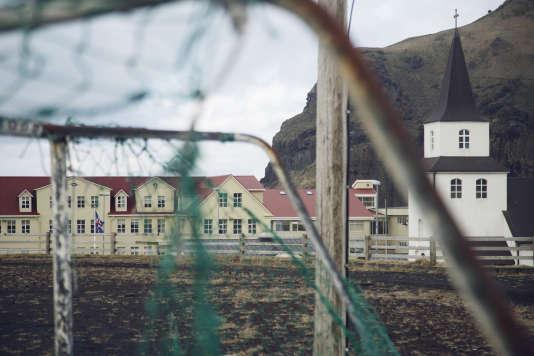 L'île de Heimaey dispose de quatre terrains de football pour une population de 4 000 habitants.