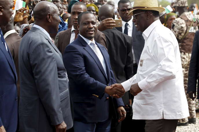 Le président de l'Assemblée nationale ivoirienne Guillaume Soro serre la main du président Alassane Ouattara en 2015.