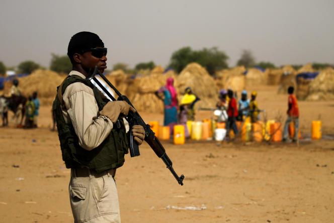 Soldat nigérien en poste devant le camp de Diffa.