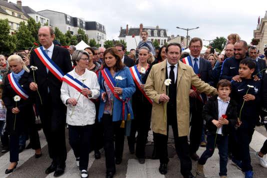 Un millier de personnes ont défilé silencieusement dans les rues de Mantes-la-Jolie en hommage à Jean-Baptiste Salvaing et Jessica Schneider.