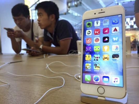 Des consommateurs essaient des modèles d'iPhone 6S dans un Apple store à Pékin, le 18 juin à 2016.