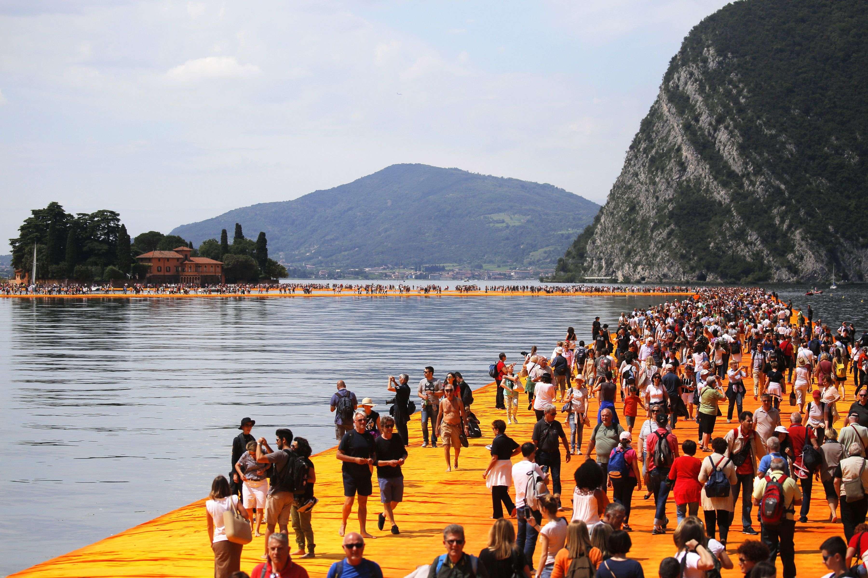 Selon des estimations de presse, plus de 55 000 personnes sont venues « marcher sur l'eau», provoquant la saturation du site.