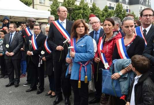 Michel Vialay (au centre), maire Les Républicains de Mantes-la-Jolie, lors d'un hommage, le 18 juin, au couple de policiers assassiné par Larossi Abballa.