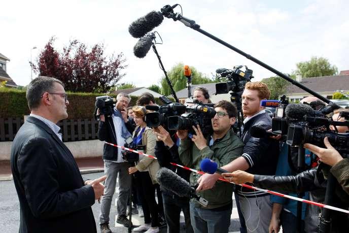 Michel Lebouc, Maire deMagnanville, répond aux journalistes le 14 juin 2016.