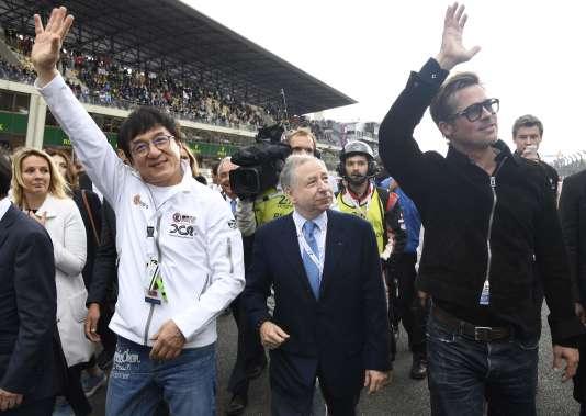 Brad Pitt (à droite) avec Jackie Chan (à gauche) et Jean Todd.