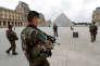 Patrouille de l'armée française devant le musée du Louvre à paris le 13 juin 2016.