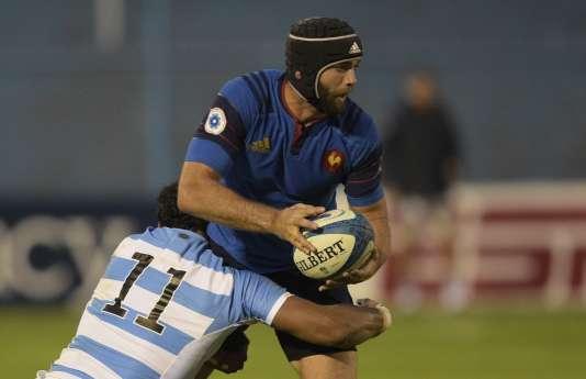 Le rugbyman français Julien Rey plaqué par le joueur argentin Manuel Montero le 19 juin.