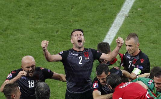 Andi Lila peut exulter : le but de son coéquipier Sadiku a offert la première victoire à l'Albanie dans un Euro.