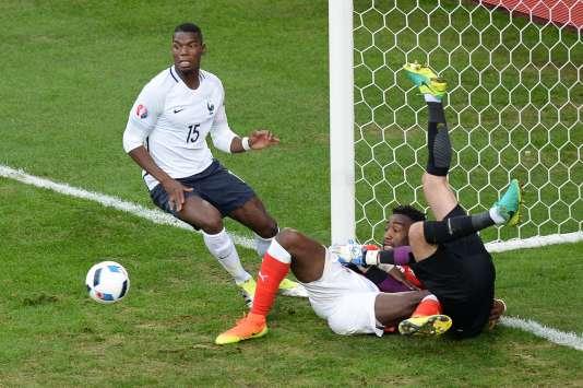 Paul Pogba, tout heureux de trouver le défenseur suisse Johan Djourou devant la ligne de but d'HugoLloris, qui semble quant à lui planté dans le gazon, le 19 juin 2016 au stade Pierre-Mauroy de Villeneuve d'Ascq.