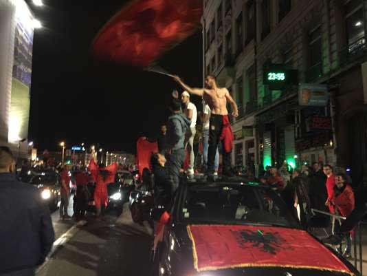 Des supporteurs albanais fêtent la victoire de leur équipe, le 19 juin dans les rues de Lyon.