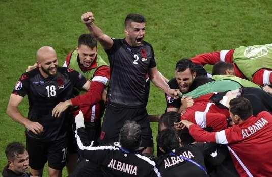 Les joueurs albanais fêtent le but de Sadiku, dimanche à Lyon.