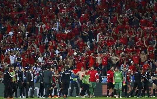 Les joueurs et supporteurs albanais célèbrent leur victoire contre la Roumanie, dimanche, à Lyon.