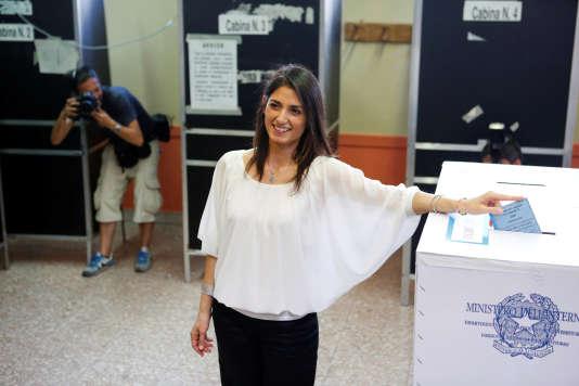 Virginia Raggi vote à Rome le 19 juin.