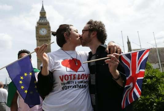 Deux militants anti-Brexit devant le Parlement britannique, le 19 juin, à Londres.