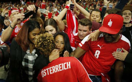 David Alaba avec des supporteurs autrichiens à la fin du match contre le Portugal, le 18 juin, au Parc des Princes.