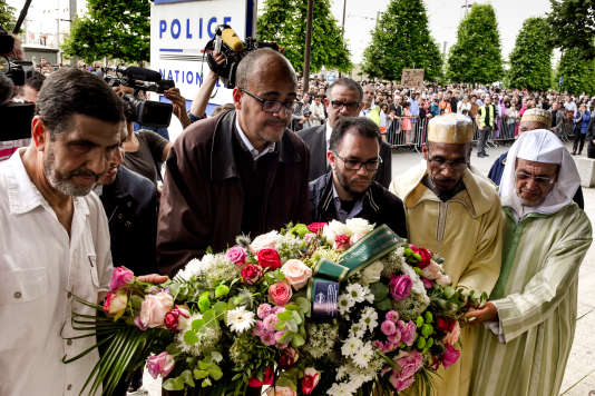 Dépôt de gerbe devant le commissariat de Mantes-la-Jolie, par des représentants des mosquées des environs, dimanche 19 juin.