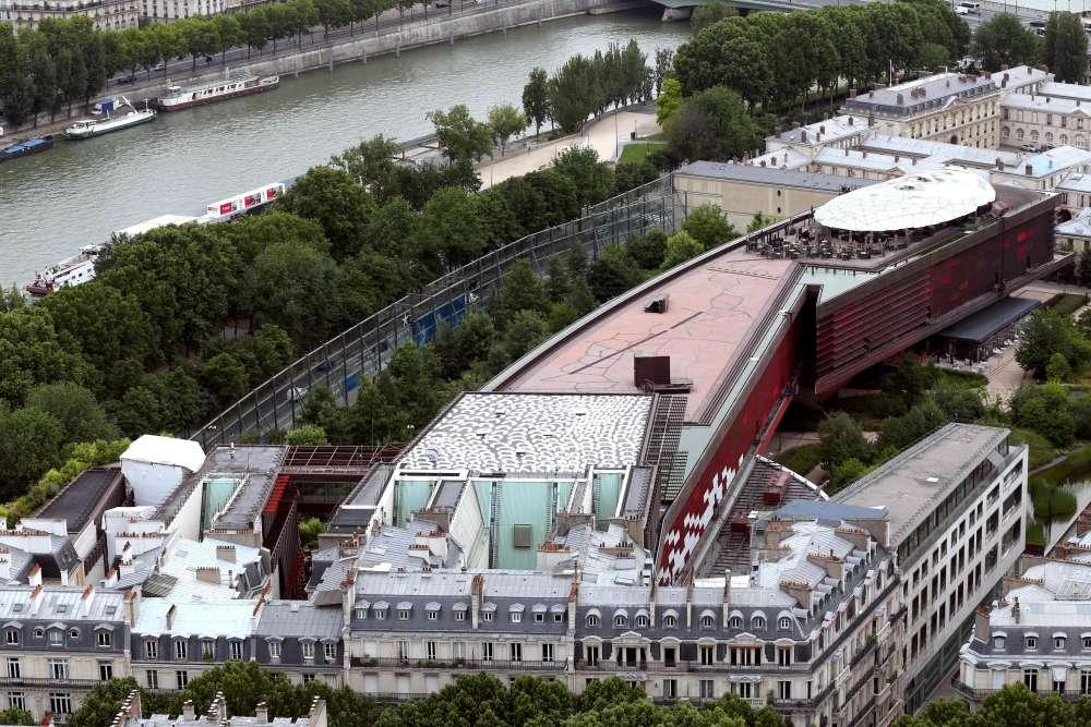 A l'origine, un terrain– qui abritait salons et autres événements culturels– est retenu sur les bords de la Seine, à deux pas de la tour Eiffel : l'architecte Jean Nouvel est alors chargé de concevoir le musée.