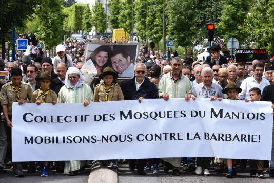 Omar Eddaoudi, imam de la grande mosquée de Mantes-la-Jolie, en tête de la marche à la mémoire des deux policiers assassinés au nom de l'Etat islamique.