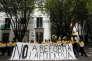 A Mexico, des militants tiennent une banderole disant «Non à la réforme de l'éducation», lors d'une manifestation organisée après les heurts survenus le week-end dernier dans l'Etat méridional d'Oaxaca.