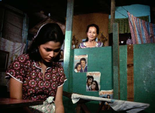 «Insiang», film philippin de Lino Brocka (1976).Insiang (Hilda Koronel) au 1erplan et Tonya (Mona Lisa)Photos 5/6/7/8/10 – Insiang (Hilda Koronel)