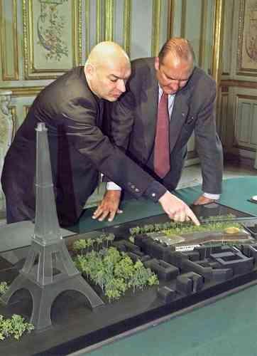 Ici, Jacques Chirac écoute, le 28 avril 2000 à l'Elysée, les explications de l'architecte Jean Nouvel, devant la maquette du futur musée. A sa sortie du palais présidentiel, l'architecte a indiqué que le chef de l'Etat était «tout à fait séduit par le projet».