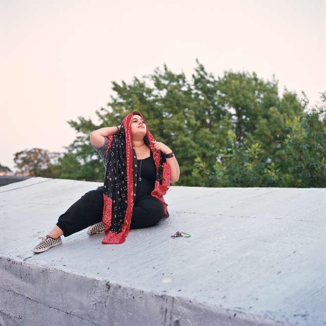 Sara, à New York. «J'ai 29 ans, je suis artiste et auteure. Etre homosexuelle dans une communauté musulmane,cela ne m'a jamais posé problème. Leproblème, c'est plutôt l'islamophobie à laquelle je suis confrontée dans certains lieux gays où les gens croient parfois qu'il n'est pas possible d'être à la fois homosexuelle et musulmane.»