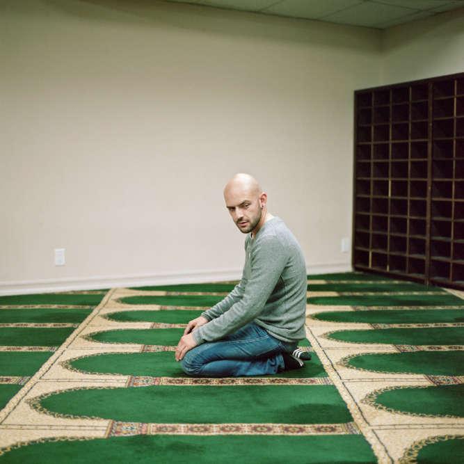 Cherine, Samira, Joey, Jason… Ils vivent aux Etats-Unis, au Canada, en France et sont de confession musulmane. Par choix, par tradition familiale. Comment vivent-ils leur homosexualité ? La photographe allemande Lia Darjes a recueilli leurs témoignages. Jason, à Los Angeles. «Il y a deux ans, quand je me suis converti à l'islam, je ne me suis pas posé la question de l'homosexualité. Puis j'ai cherché à savoir ce que le Coran et l'islam en disaient. Tout était vraiment très négatif. Ça m'a perturbé. Homosexuel, pas marié, je péchais doublement…»