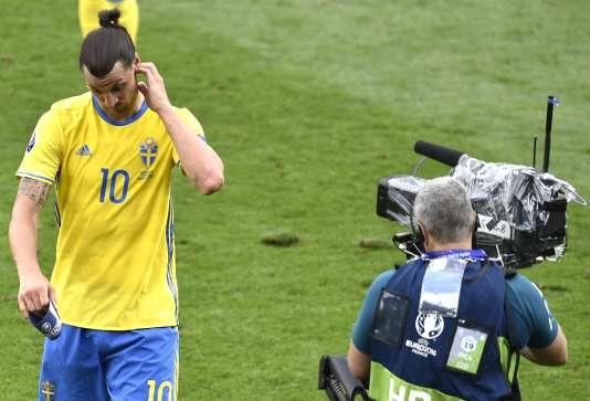 Zlatan Ibrahimovic passe devant l'une des 36 caméras disposées autour du terrain, le 17 juin, à Toulouse.