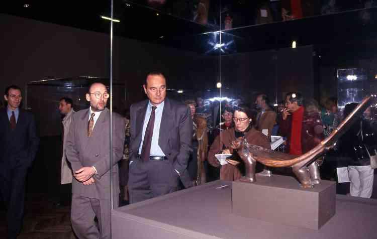 Ce vif engouement de Jacques Chirac est lié en partie à la rencontre avec Jacques Kerchache, collectionneur de renom, qui militait pour l'intégration de l'art non occidental dans les grandes collections– ici, alors maire de Paris, il visite l'exposition «Taïnos» en sa compagnie au Petit Palais, le 22 février 1994.