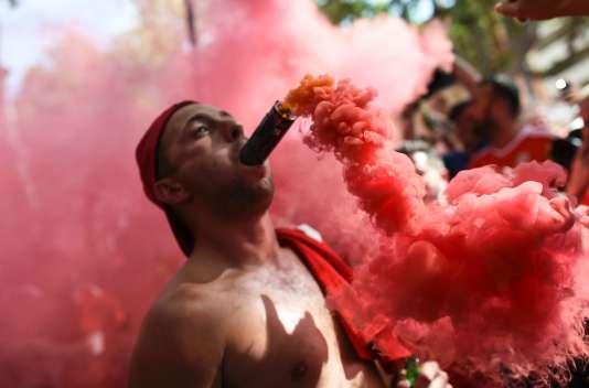 Un supporteur gallois, fumigène en bouche, le 20 juin à Toulouse.
