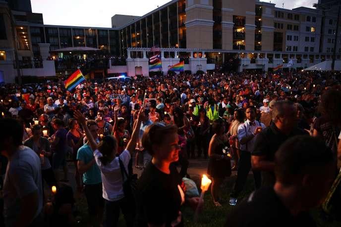 Selon l'agence de tourisme d'Orlando, 50 000 personnes ont assisté à la veillée sur les rives du lac Eola pour rendre hommage aux victimes de l'attaque de la boîte de nuit LGBT.