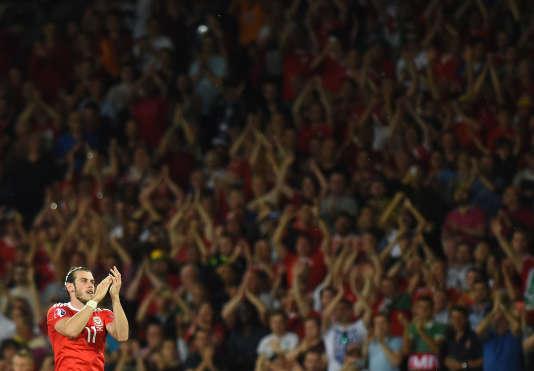 Gareth Bale salue la foule à la sortie du terrain du Stadium de Toulouse.