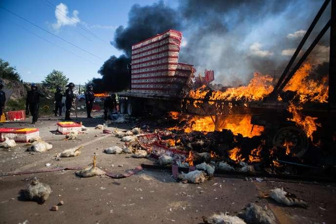 Les heurts ont éclaté lorsque 800 policiers sont venus déloger un millier d'enseignants qui bloquaient une route d'Asunción Nochixtlán.
