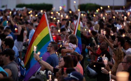 La foule a observé une minute de silence après la lecture des noms des 49 morts.