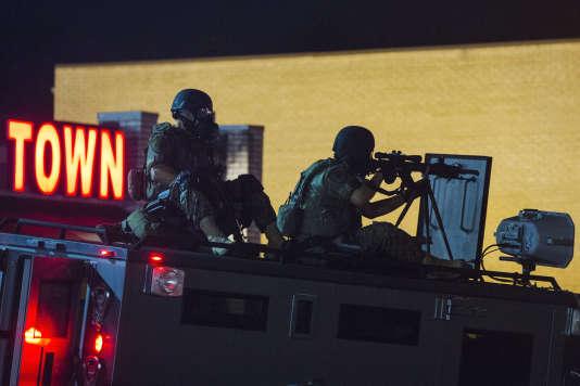 Un tireur d'élite de la police sur le toit d'un véhicule blindé de la police, lors des émeutes de Ferguson, en août 2014.