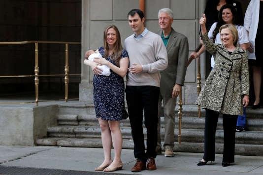 Chelsea Clinton, avec son nouveau-né, Aidan, et son mari, Marc Mezvinsky, aux côtés de sa mère, la candidate démocrate à la présidentielle, Hillary Clinton, et de son père, l'ancien président Bill Clinton, à leur sortie de l'hôpital Lenox Hill, le 20 juin 2016 à New York.